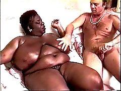 Negra tetona quiere la leche del hombre blanco