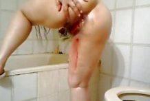 Filipina rellenita se masturba duro en la ducha