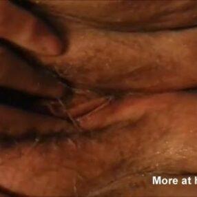 Frotando su coño sucio y maloliente