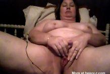 La vieja se masturba con juguetes