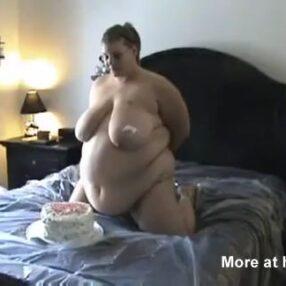 La joven si no tiene sexo se come un pastel