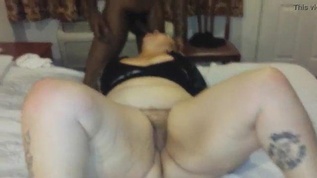 Ella ofrece su gran cuerpo a los chicos negros