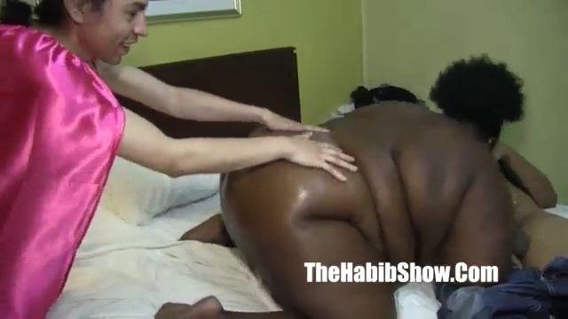 Negra Redonda con dos hombres blancos