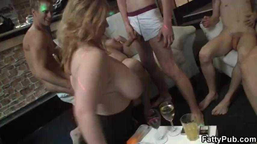 Golfas Tetonas y borrachas orgia en un bar