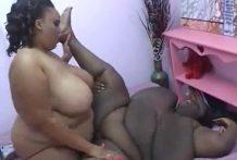 Gigantes lesbianas se follan como pueden