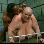 Imagen Mujer calva y obesa con un negro