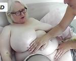 Imagen Mujer Albina y gorda recibe un masaje especial