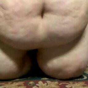 La barrigona obesa usa su vibrador