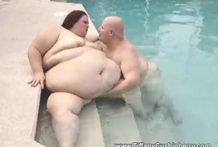 Una ballena cachonda en la piscina
