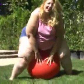 Enorme Bbw mujer haciendo estallar globos
