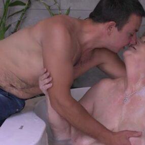 Nieto y abuela follan en el baño