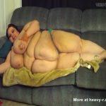 Imagen La gorda descansa desnuda en su sofá