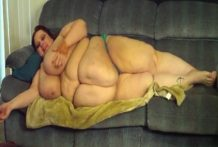 La gorda descansa desnuda en su sofá