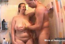 Lavando las gordas tetas de su madre