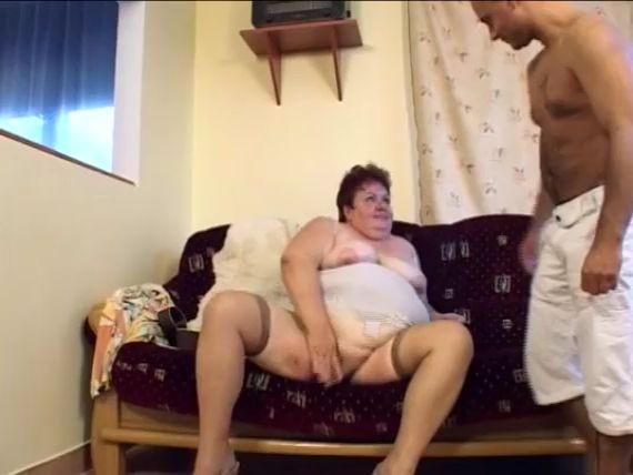 Mujer con mucha grasa se folla de vacaciones a su joven amante