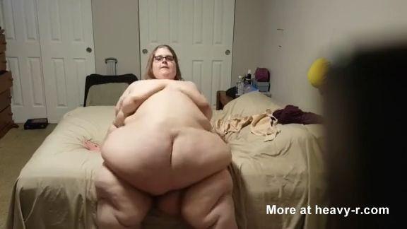 Chica obesa desnuda buscando su coño