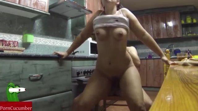 Follando en la cocina y ella se lo traga todo