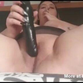 Regordeta tetona se masturba con un gran consolador