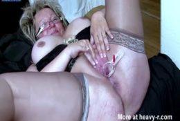 Abuela se deja inspeccionar el coño
