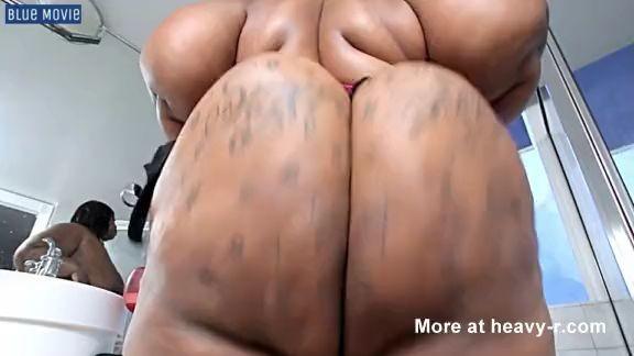Negra con culo grande toma baño de leche