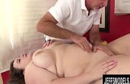 Sapphire Rose ofrece su gran cuerpo hermoso a un viejo masajista