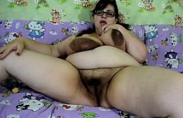 SSBBW Nina Doll mostrando sus GRANDES tetas y su gran coño peludo solo masturbarse
