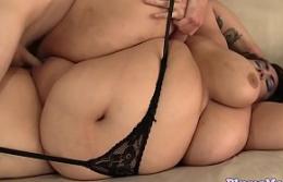 Hermosa gorda con tetas masivas consigue follada