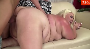 Rubia muy gorda se folla una gran polla joven
