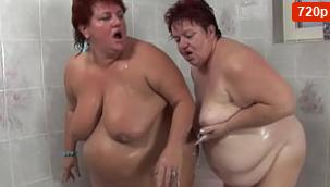 Lesbianas regordetas se frotan el coño juntas