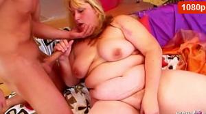 Hijastro seduce a bbw mamá para follar cuando papá está en el trabajo